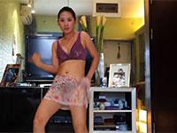美女在家自拍热舞视频,那裙子透明的呀,底裤都能看到!