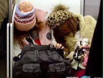 无精打采 地铁上睡作一团的日本人(组图)